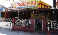 À direita do restaurante, na cor azul, está o centro espírita citado na matéria Foto: Agência O Globo / Felipe Hanower