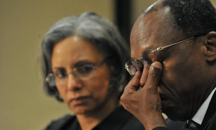 Esfregar os olhos como fez o ex-presidente do Haiti, Jean-Betrand Aristide, envelhece Foto: ALEXANDER JOE / AFP