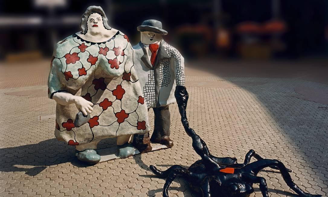 A exposição 'Niki de Saint Phalle', aberta no Grand Palais, em Paris, fica em cartaz até fevereiro de 2015. São mais de 200 trabalhos. Na imagem, 'La Promenade du dimanche' (1971) Foto: Christian Baur/Divulgação / Niki Charitable Art Foundation
