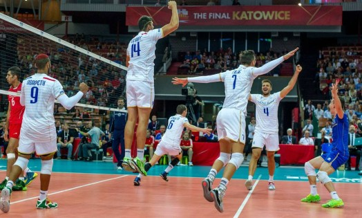 Jogadores franceses comemoram a vitória sobre o Irã Foto: JOE KLAMAR / AFP