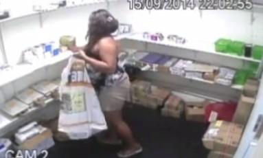 Câmeras de segurança flagra mulher furtando celular Foto: Reprodução