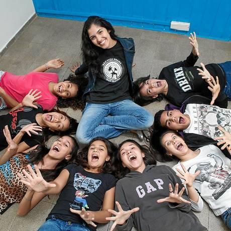 A professora Carol Gomes (ao centro) é rodeada pelos pupilos aos quais ensina a arte de interpretar Foto: Bárbara Lopes