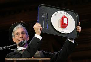 Criador do Ig Nobel e mestre de cerimônias da premiação, o matemático Marc Abrahams mostra o troféu entregue aos vencedores deste ano Foto: REUTERS/BRIAN SNYDER