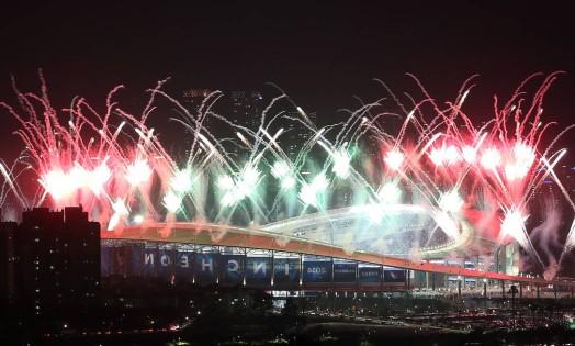 Fogos de artifício marcam a abertura dos Jogos da Ásia, em Incheon, Coreia do Sul Foto: Choi Jae-koo / AP