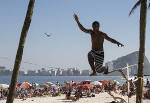 Praia de Ipanema no final de agosto, com tempo ensolarado, simulando o verão Foto: Daniela Dacorso / Agência O Globo