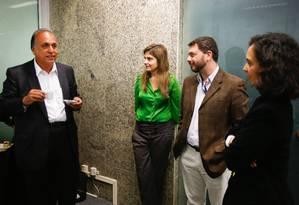 O governador Luiz Fernando Pezão (PMDB), candidato à reeleição, conversa com jornalistas do GLOBO antes de ser sabatinado Foto: Alexandre Cassiano / O Globo