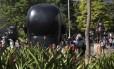 As grandes esculturas do artista plástico colombiano Fernando Botero são as principais atrações da Plaza Botero, em Medellín