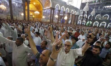 Xiitas iraquianos realizam a oração de sexta-feira na mesquita Imam Hussein, na cidade de Karbala, no centro do Iraque. Foto: MOHAMMED SAWAF / AFP