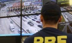 O Chefe da delegacia da PRF na Ponte observa as imagens da central de monitoramento da via Foto: Márcio Alves / Agência O Globo