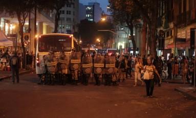 Guardas municipais entraram em confronto com ambulantes durante operação para apreender mercadorias. Rua Uruguaiana teve de ser fechada Foto: Urbano Erbiste / Agência O Globo