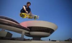 O skatista George Balboa, organizador do evento, arrisca manobra no cenário do Niterói SK8 Downhill - Festival de Cultura urbana Foto: Agência O Globo / Hudson Pontes