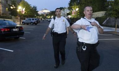 Membros do Serviço Secreto comandam evacuação da Casa Branca, após invasão Foto: Evan Vucci / AP