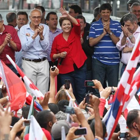 Dilma participou de evento neste sábado, em São Paulo, ao lado do candidato ao governo do estado, Alexandre Padilha Foto: Michel Filho / Agência O Globo