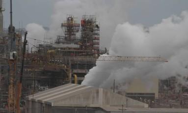 Refinaria Abreu e Lima custou US$ 20,1 bilhões, 9 vezes mais do que o previsto Foto: Parceiro / Heudes Regis/JC Imagem/5-9-2014