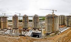 Prédios em construção no empreendimento que abrigará 18 mil pessoas durante os Jogos de 2016 Foto: Ivo Gonzalez / O Globo