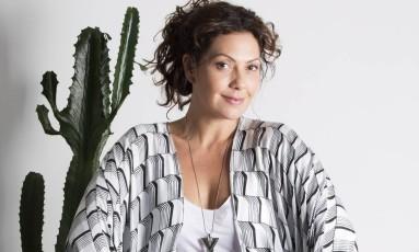 A atriz Fabíula Nascimento posa para fotos em seu apartamento Foto: Ana Branco / Agência O Globo