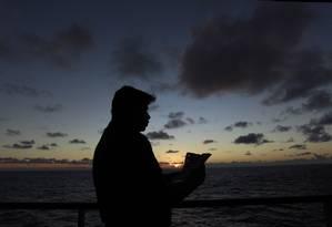 O marítimo Deoclécio Severino Silva Pereira lê carta passada de geração a geração, horas antes de receber notícia da morte de seu pai Foto: Domingos Peixoto / Agência O Globo
