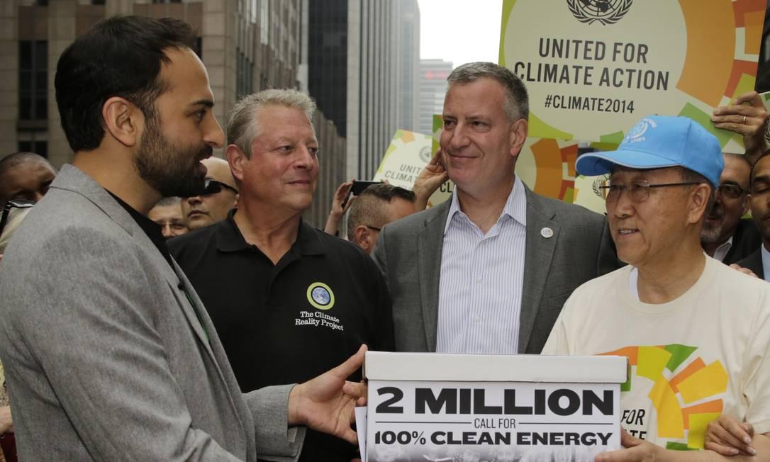 O Diretor da Avaaz, Ricken Patel entrega petição a secretário da ONU,e m Nova York Foto: Ed Rieker / AP Images for Avaaz