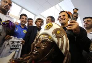 """Tradições nordestinas. Aécio Neves na Feira de São Cristóvão: """"Sua bênção, meu Padre Cícero"""" Foto: Fabio Rossi"""