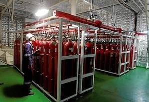Segurança. Uma grande área do navio é ocupada com cilindros com CO2, utilizados apenas para casos de incêndio. Os treinamentos a bordo são constantes Foto: Domingos Peixoto / Agência O Globo
