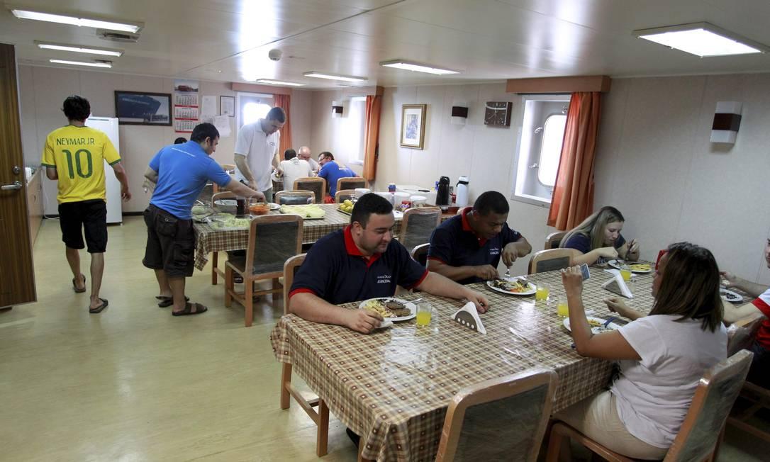 Refeitório do navio, ponto de encontro dos marítimos. Foto: Domingos Peixoto / Agência O Globo