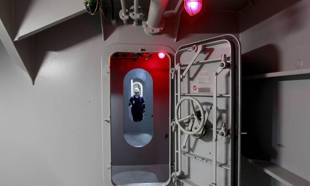 """Corredor dos """"B's"""", que corta todo o navio logo abaixo do convés. Foto: Domingos Peixoto / Agência O Globo"""