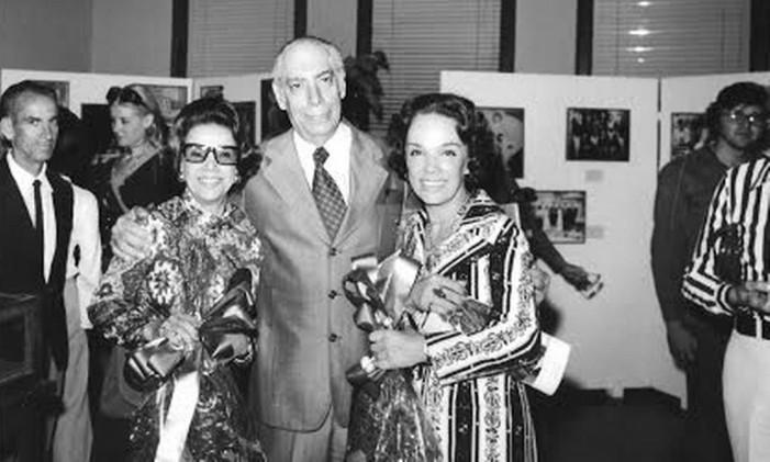 Almirante, ao lado de Cecilia e de Aurora Miranda, em uma exposição de Carmem Miranda, na Praça Quinze Foto: Divulgação / Museu da Imagem e do Som