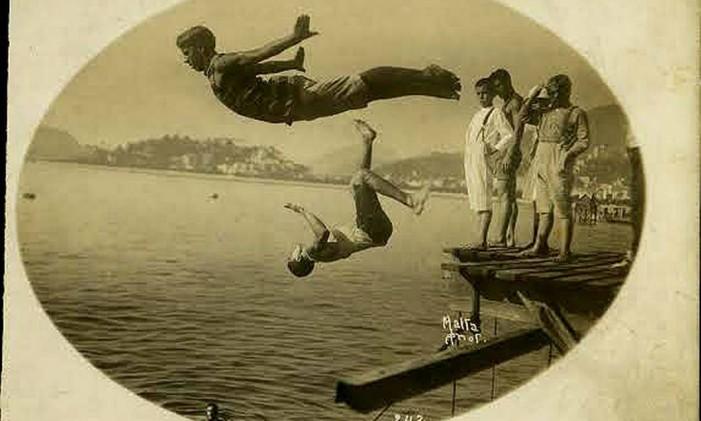 Em traje de banho, pessoas saltam ao mar na primeira metade do século XX Foto: Augusto Malta / Museu da Imagem e do Som