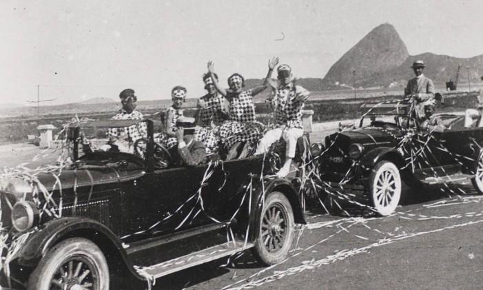 Foliões fantasiados em carro aberto na beira-mar no carnaval de 1922 Foto: Guilherme Santos / Museu da Imagem e do Som