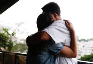 Aplicativo Cuddlr conecta estranhos que desejam trocar um abraço sem segundas intenções Foto: Alexandre Cassiano / Agência O Globo