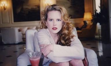 """Para divulgar o documentário """"The Last Impresario"""", o produtor de teatro Michael White divulgou algumas fotos de celebridades que guardava em casa. Na imagem, uma jovem Nicole Kidman toma um drinque no lobby de um hotel Foto: Michael White/Divulgação"""