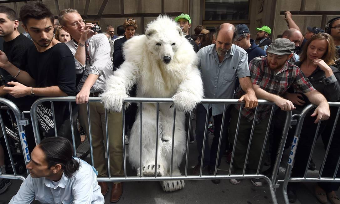 Barrado. Urso Polar no meio dos manifestantes na Conferência do Clima, em Nova York Foto: TIMOTHY A. CLARY / AFP