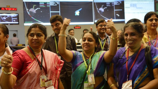 Cientistas indianos comemoram sucesso da missão na sede da Organização Indiana de Pesquisa Espacial (ISRO) Foto: Manjunath Kiran / AFP