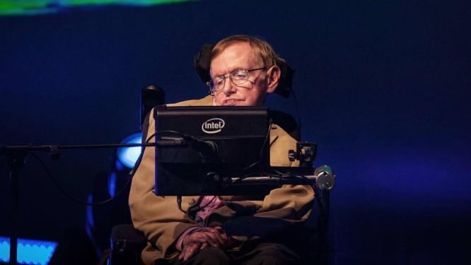 Stephen Hawking fala ao público durante palestra em Tenerife, nas Ilhas Canárias Foto: DESIREE MARTIN / AFP