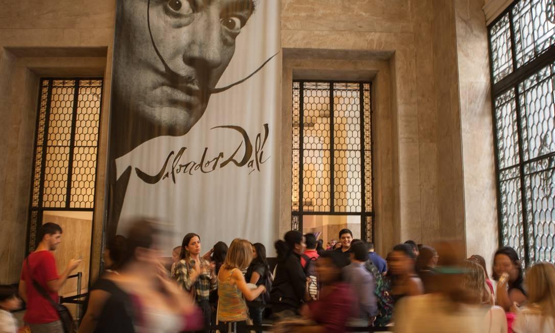 O público no último dia da exposição Salvador Dalí no CCBB Foto: Hermes de Paula / Agência O Globo