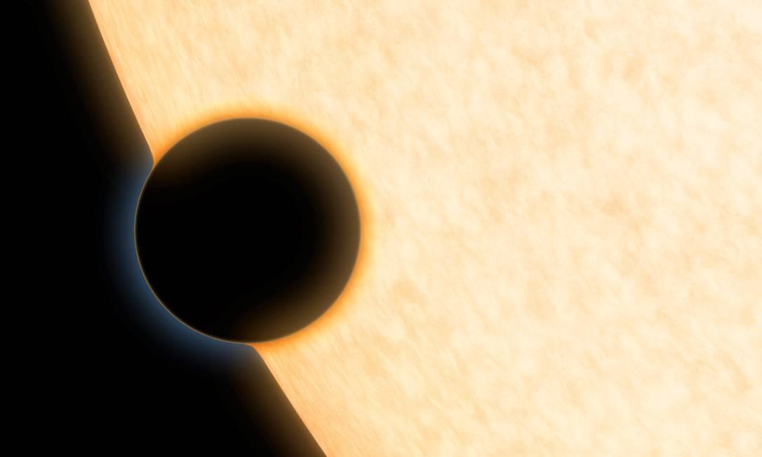 Ilustração mostra o planeta extrassolar HAT-P-11b enquanto passa em frente a sua estrela, permitindo a análise de sua atmosfera Foto: NASA/JPL-Caltech