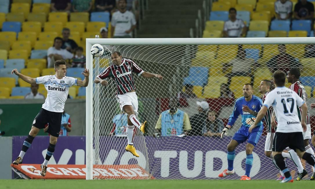 Carlinhos sobe e tira a bola da área do Fluminense Foto: Alexandre Cassiano / Agência O Globo