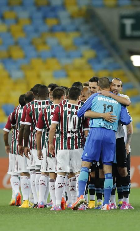 Jogadores de Fluminense e Grêmio se cumprimentam antes de a bola rolar Foto: Alexandre Cassiano / Agência O Globo