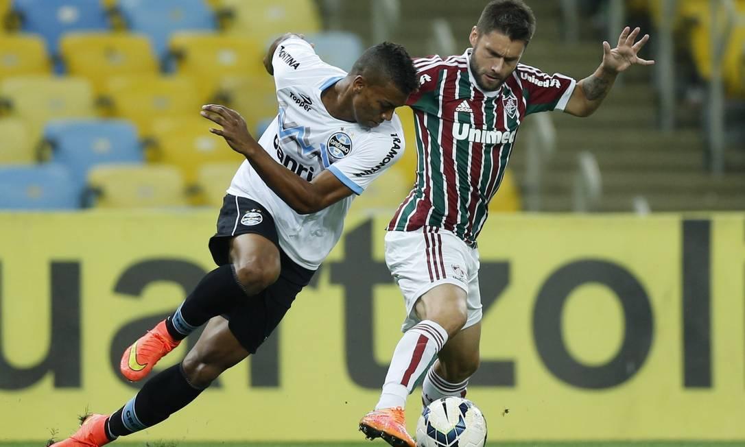 Rafael Sóbis, do Fluminense, disputa a bola com Walace, do Grêmio Foto: Alexandre Cassiano / Agência O Globo