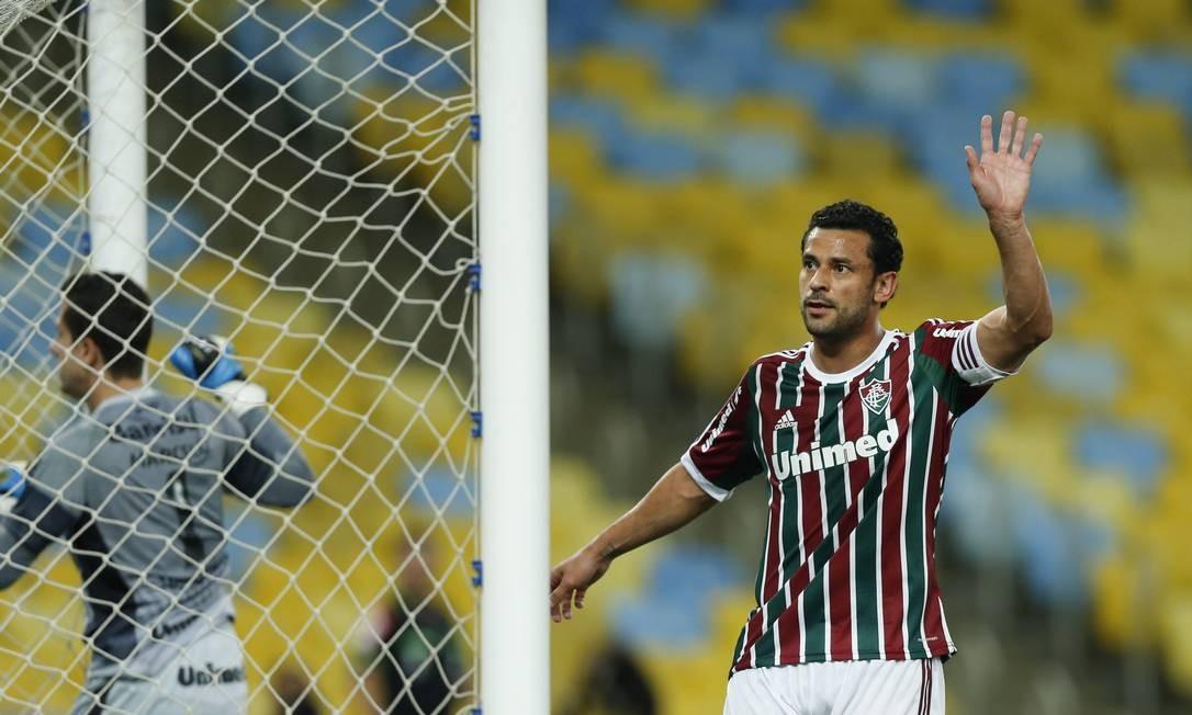 Fred acena para a torcida no jogo entre Fluminense e Grêmio Foto: Alexandre Cassiano / Agência O Globo