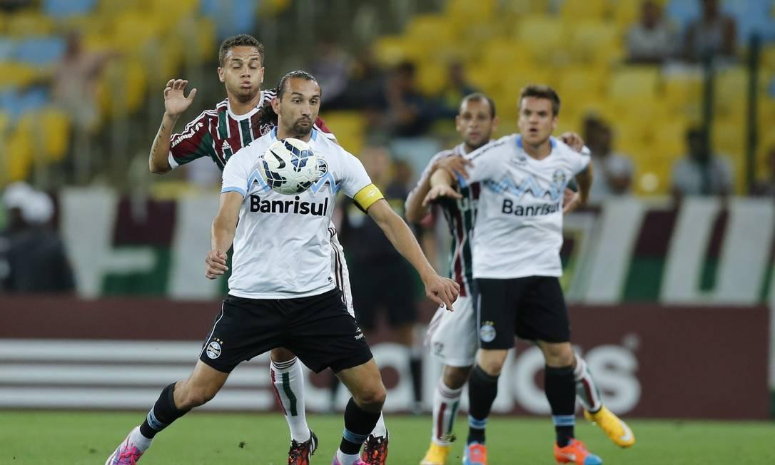 Barcos, do Grêmio, domina a bola, marcado por Rafinha, do Fluminense Foto: Alexandre Cassiano / Agência O Globo