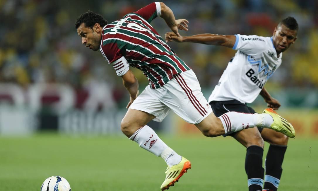 Fred tenta passar por Walace no Maracanã Foto: Alexandre Cassiano / Agência O Globo
