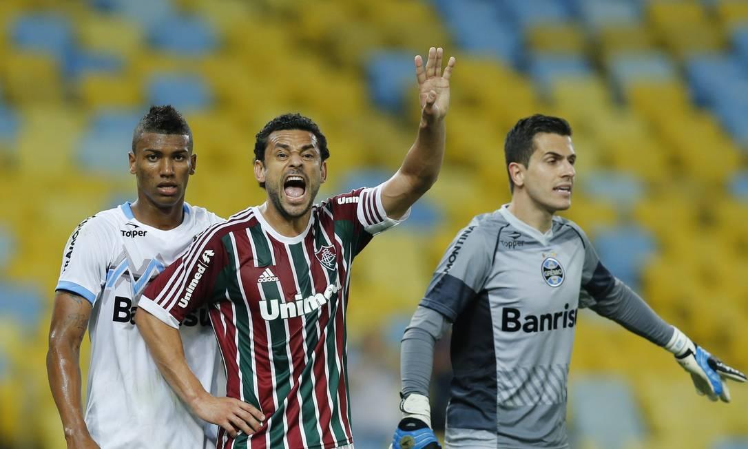 Fred orienta o time do Fluminense, marcado Walace, do Grêmio Foto: Alexandre Cassiano / Agência O Globo