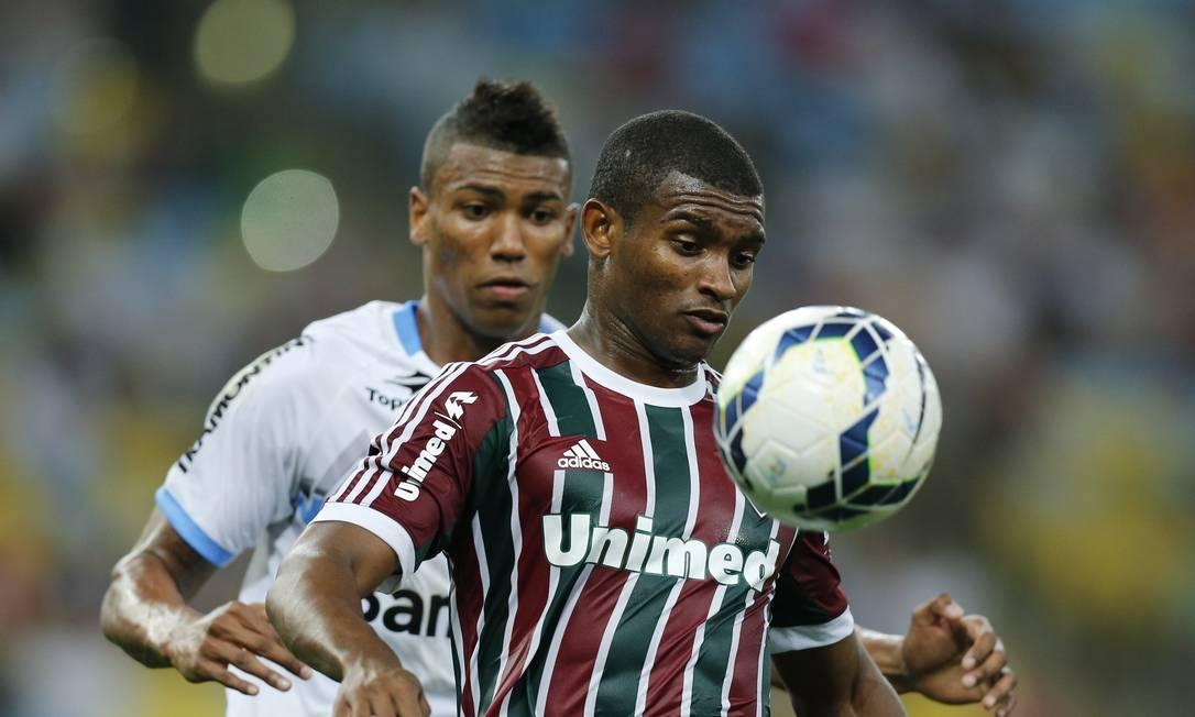 Marlon, do Fluminense, domina a bola, marcado por Walace Foto: Alexandre Cassiano / Agência O Globo