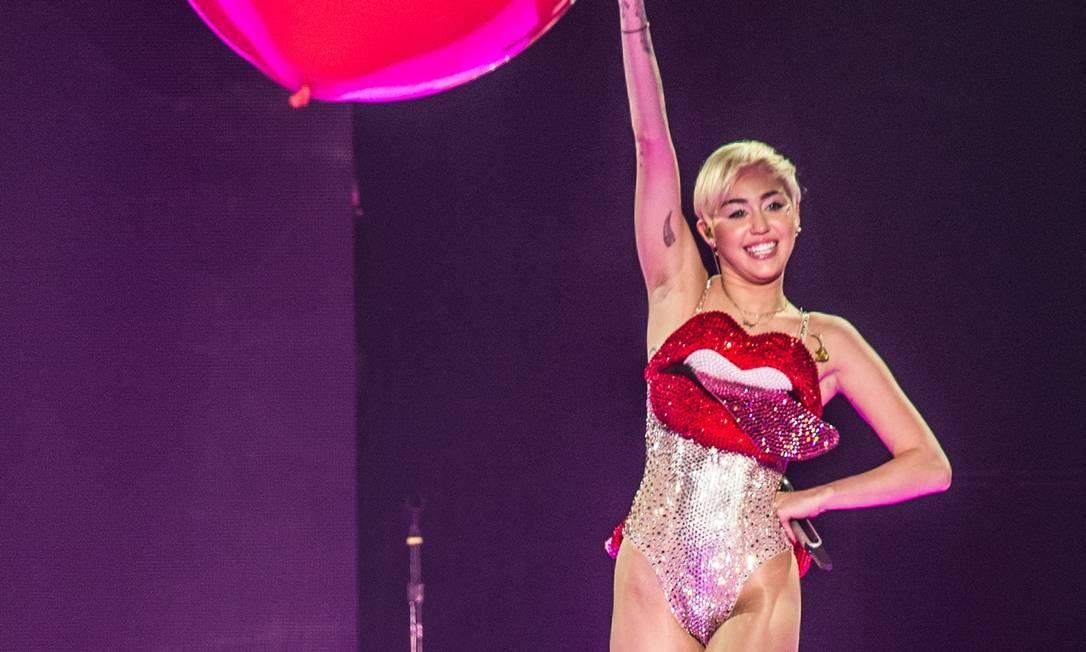 Miley Cyrus surta de vez durante sua turnê Bangerz