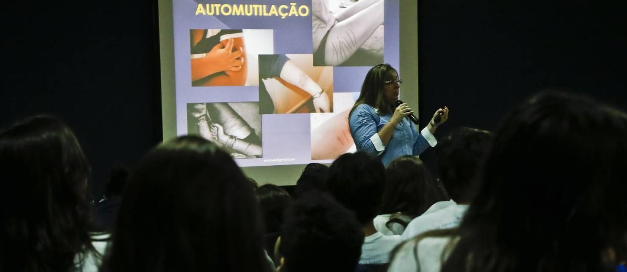 A psicologa Elisa Bichels faz palestra sobre aumento dos casos de depressao e automutilacao na escola Sagrado Coração de Maria, no Rio Foto: Ivo Gonzalez / Agência O Globo