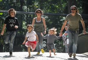 Gabriel Baum com a mãe, Sabrina Bittencourt, o padrasto e os dois irmãos: as três crianças são 'unschoolers' Foto: Marcos Alves