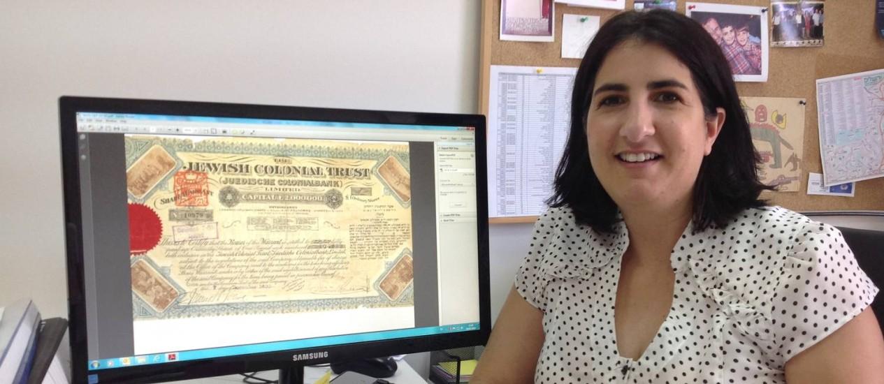 Elinor Kroitoru, advogada, uma das pesquisadoras da Hashava, que busca herdeiros de vitimas do Holocausto Foto: Especial para O GLOBO / Daniela Kresch