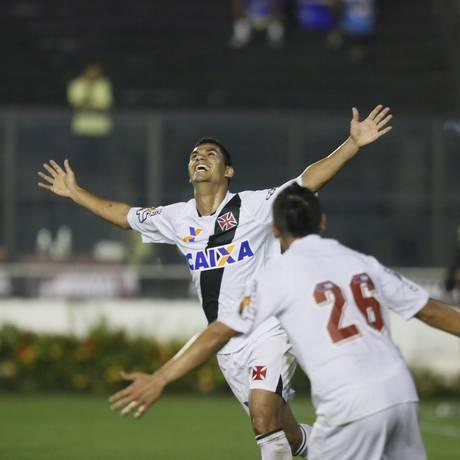 Dakson abre os braços ao comemorar o primeiro gol do Vasco Foto: Marcos Tristão / Agência O Globo