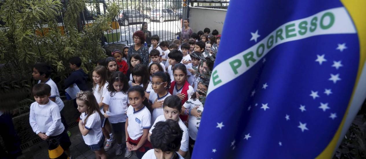 Crianças perfiladas para execução do hino nacional no Sarah Dawsey: cerimônia toda segunda-feira para, segundo a diretora, 'desenvolver a cidadania' Foto: Custódio Coimbra / Agência O Globo